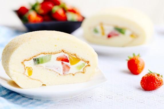 Cách làm bánh bông lan cuộn kem tươi trái cây