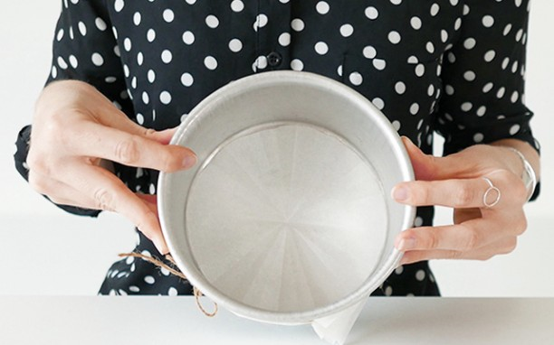 Cách lót giấy nến cho khuôn bánh dễ dàng