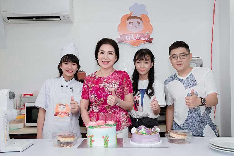 Cô Kim Xuân học làm bánh